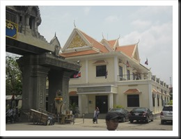 Cambodian Visa Office to the right of the entry arch as you walk towards Cambodia.