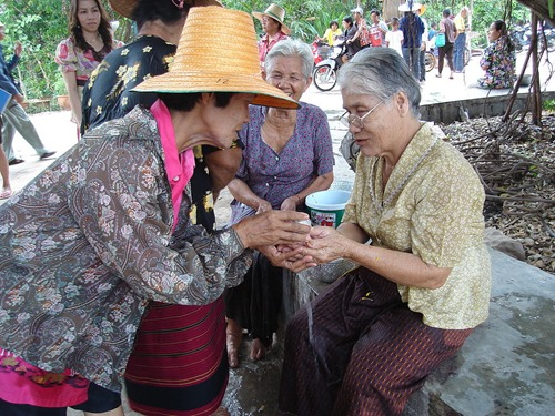 Rot Nam Dam Hua, a traditional way to celebrate with elders. Most Thai people go back to their hometowns to meet their elders.  Photo taken at Wat Khung Taphao Ban Khung Taphao, Khung Taphao subdistrict, Mueang Uttaradit, Uttaradit Province, Thailand.  Courtesy of WIKIPEDIA